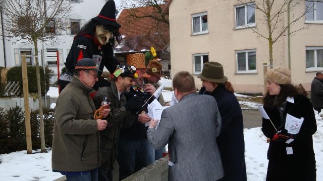 4_ Kinderfasnet in Emerkingen- Am Dorfbrunnen_jpg